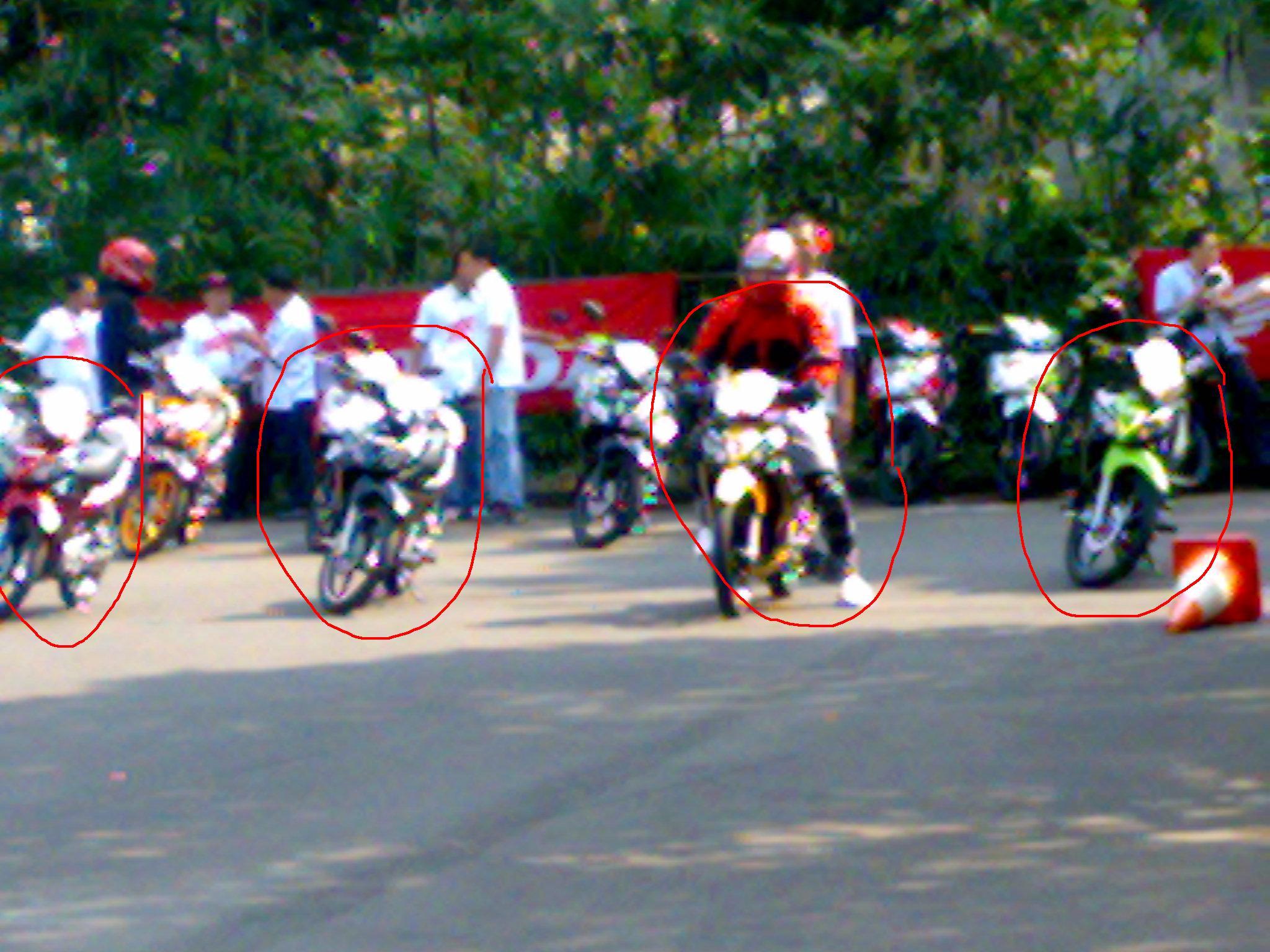 Liat yg dilingkarin merah..motor sodara kembarnya kok ikutan di adu   278cbac7c3