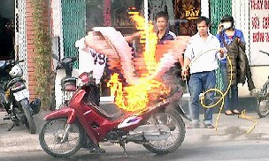 Beberapa waktu kemaren Vietnam sedang di dera permasalahan Motor  kebakar..gak pandang merk..rata2 motor2 baru itu terbakar..di indikasi  penyebab ada di ... 9d2e8dbf13